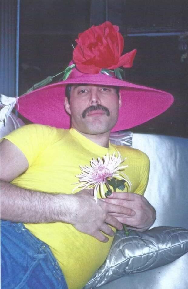 Фредди Меркьюри в ачешуительной шляпе, 1980-е.