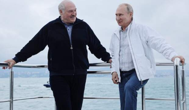 В Сети появилось фото купающегося в Черном море Лукашенко