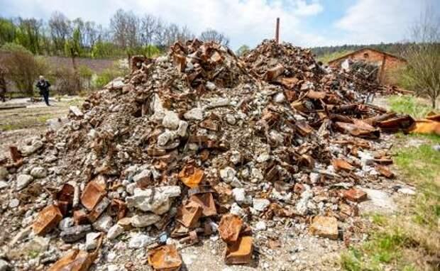 На фото: обломки на складе боеприпасов в Врбетице