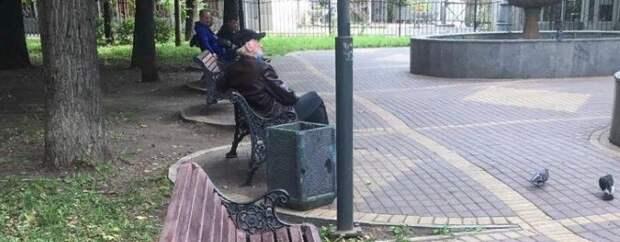 «Сбежавшие» скамейки вернули на место в сквере в Лефортове
