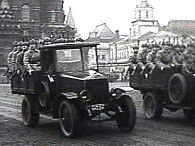Автомобили АМО-Ф-15 на военном параде на Красной площади (кинокадр)