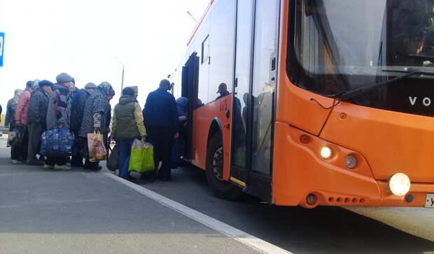 Чиновники вОренбурге допустили нарушение социальной дистанции вдачных автобусах