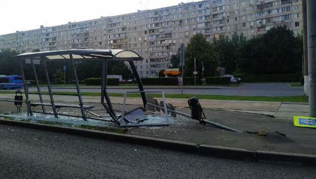 Хулиганы разгромили остановку на улице Героев Панфиловцев