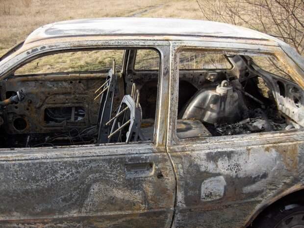 В Глазове на городской дамбе сгорел автомобиль: один человек погиб