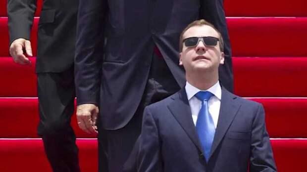 И все-таки опять Медведев? Иначе зачем его нынешний ТВ-бенефис?