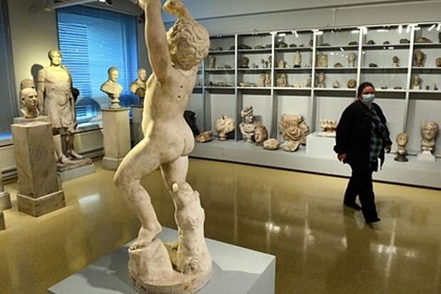 Эрмитаж получил жалобу о развратном влиянии обнаженных скульптур на детей