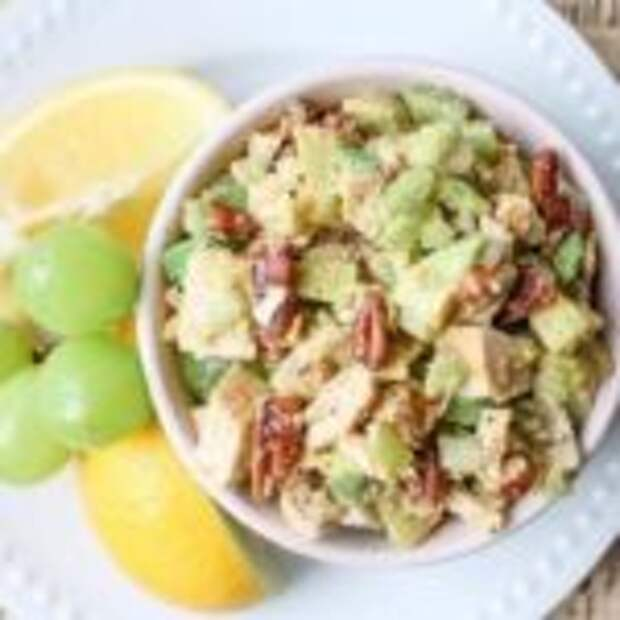 Caлат с кyрицей и авокадо