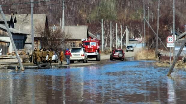 Десятки домов постепенно уходят под воду: регионы России борются с паводком