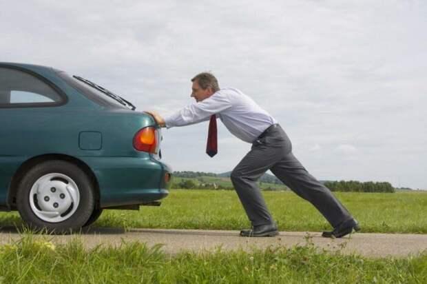 Совсем без бензина машина ездить не будет. |Фото: fb.ru.