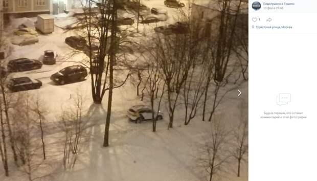 Брошенный каршеринг перекрыл проезд во дворе на улице Героев Панфиловцев