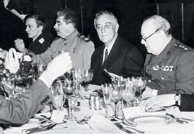 Знаменитые «званые ужины» хозяина Кремля на одной из госдач. | Фото:  newsland.com.