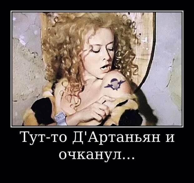 Когда таскаю ребенка на руках, золотую цепочку вешаю на ухо, чтоб не мешала...