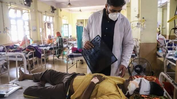 """Тысячам заболевших """"черной плесенью"""" в Индии ампутируют глазные яблоки"""