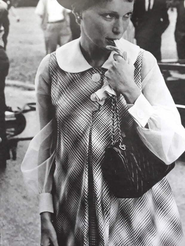 Актриса Миа Фэрроу с сумкой Шанель 2.55