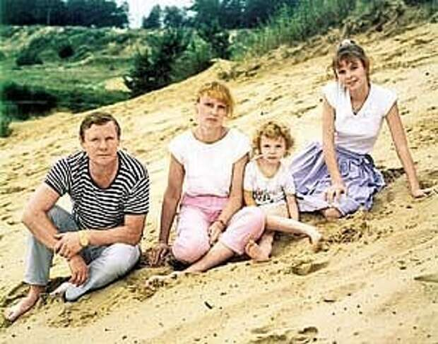 Незабвенный Виталий Соломин в кругу семьи.