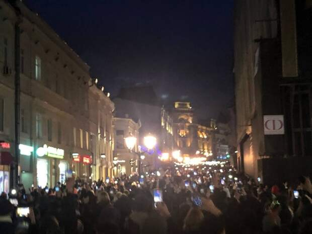 Протестующие в Москве толпами ходят по центру, полиция не приступает к задержаниям