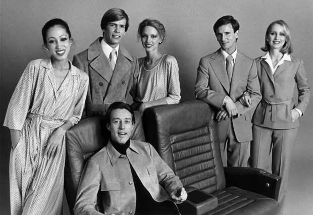 Холстон с моделями в студии, 1975