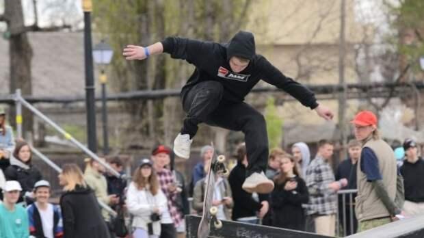 На пешеходной зоне по ул. Красноармейской проходят показательные выступления скейтбордистов