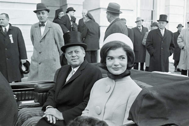 Жаклин Кеннеди в шляпке-таблетке Halston на инаугурации Джона Ф. Кеннеди, 1961