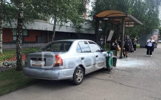 Автоледи въехала в остановку на Живописной