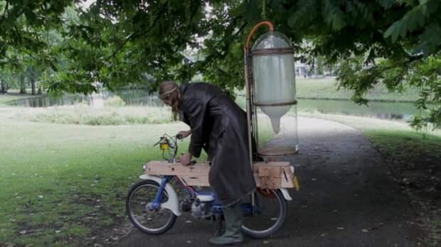 Парень сделал мотоцикл, которому не нужен бензин: он заправляется на болоте