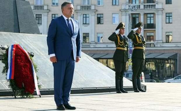 На фото: губернатор Иркутской области Игорь Кобзев на церемонии возложения венка к монументу Победы во время визита в Минск, сентябрь 2020 года