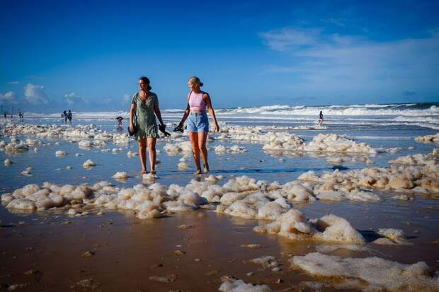 Чем опасна пена на австралийских пляжах