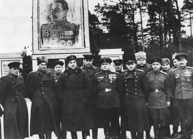 В.С. Абакумов с группой чекистов. Третий справа в первом ряду. Фото © Wikimedia Commons