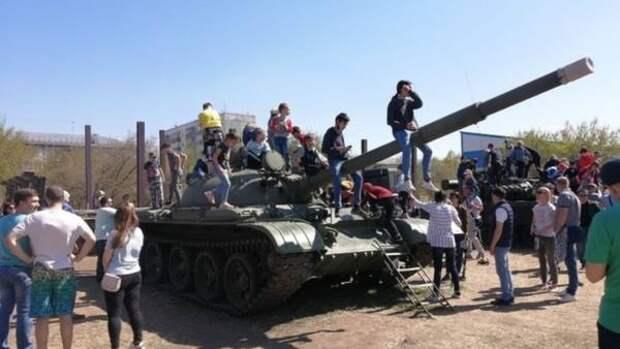 Военную технику и коллекции на тему войны представили в барнаульском парке Арлекино