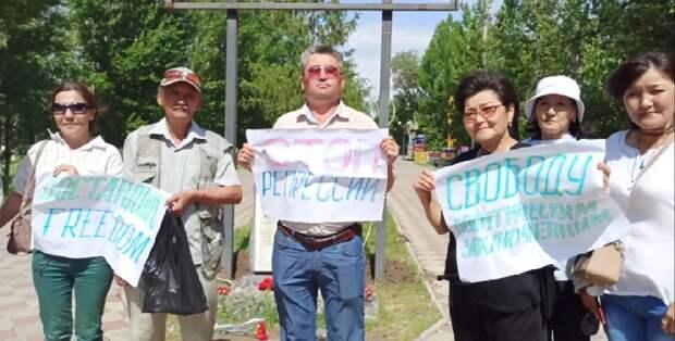 Вышедших на акцию в День памяти жертв репрессий приговорили к аресту в Уральске