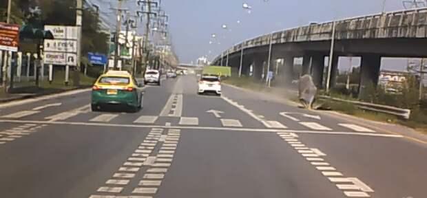 Неопознанный летающий объект свалился в Таиланде на трассу (ВИДЕО)
