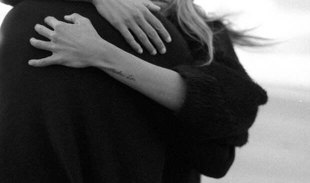 «Только два месяца прошло после свадьбы»: Мужа известной модели заметили без обручального кольца и в объятиях другой женщины