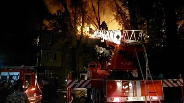 Тушение пожара в жилом доме показали на видео в Алматы