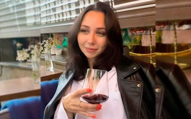 «Сижу и думаю, что теперь делать дальше». Туктамышева выложила фото с бокалом вина после получения красного диплома