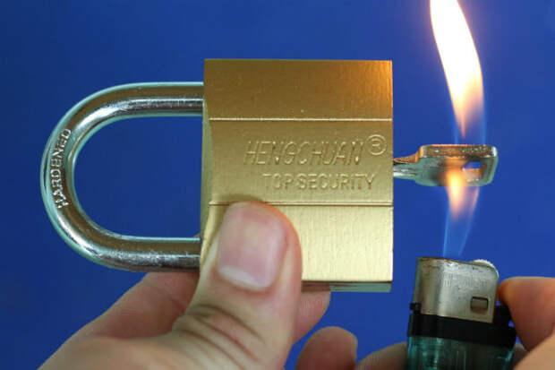 Греем ключ зажигалкой: мастер показал 5 способов пройти через закрытую дверь