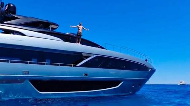 «Лев на суше, акула в море». Ибрагимович показал, как ныряет с яхты