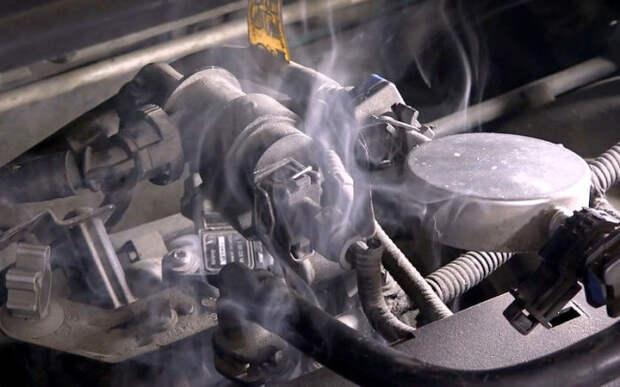 По месту выхода дыма легко обнаружить негерметичность в системе впуска.   Фото: zr.ru.
