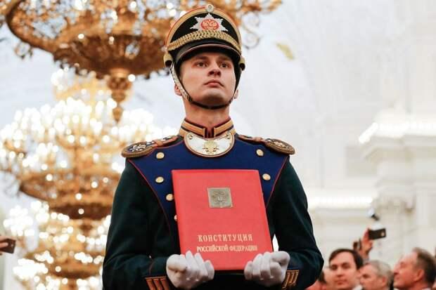 Брак – союз мужчины и женщины: что хотят сделать либералы с Конституцией и как реагирует Путин