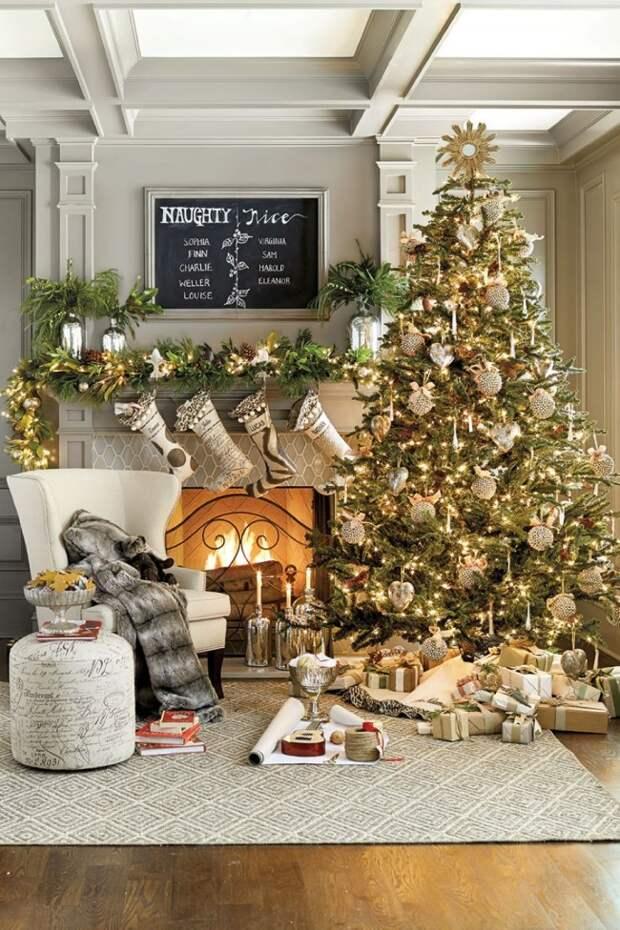 Красиво украшенная елочка создаст праздничную атмосферу в доме и станет центром новогоднего интерьера Красиво украшенная елочка создаст праздничную атмосферу в доме и станет центром новогоднего интерьера