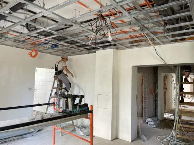 В поликлинике на Хачатуряна ведется монтаж потолка