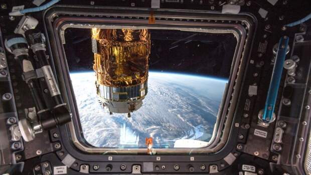 Вид из окна внутри купола МКС