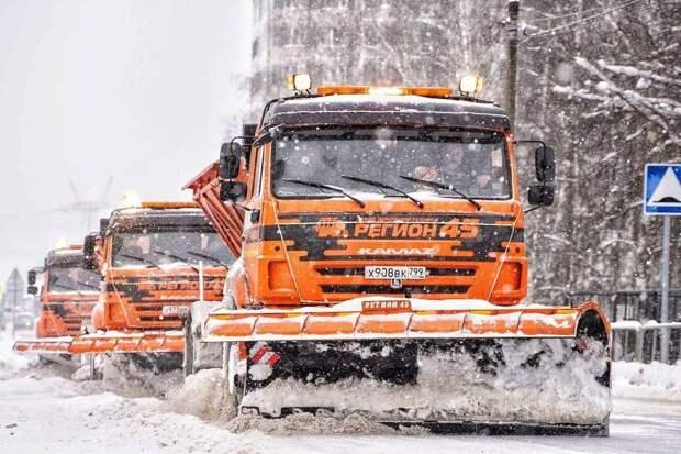 Свыше 100 машин и 300 дворников начали очищать от снега дороги в Солнечногорске
