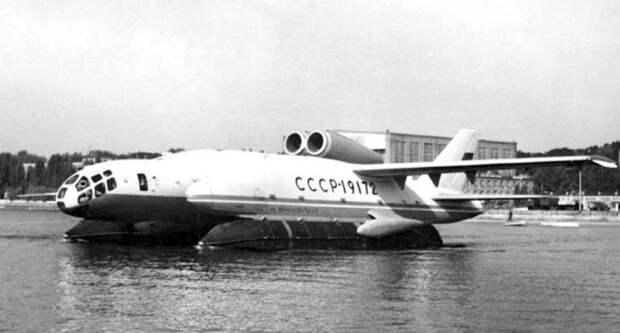 Самолёт на воде.
