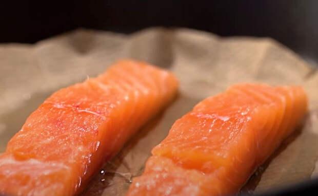 Рыба больше не прилипает к сковородке: подкладываем под рыбу бумагу и жарим на ней