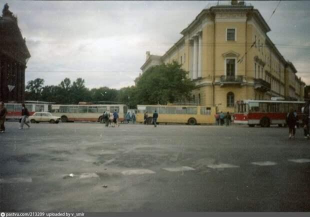 Баррикада из троллейбусов на Исаакиевской площади. история, факты, фото