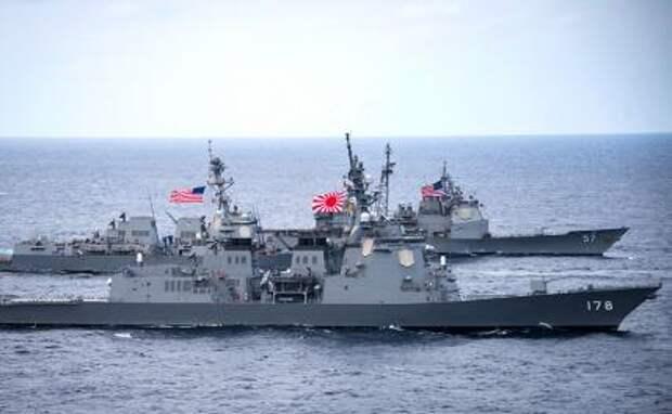 На фото: эсминец с управляемыми ракетами типа Atago Японских морских сил самообороны JS Ashigara (на переднем плане) плывет рядом с эсминцем ВМС США типа Arleigh Burke с управляемыми ракетами USS Wayne E. Meyer во время их транзита