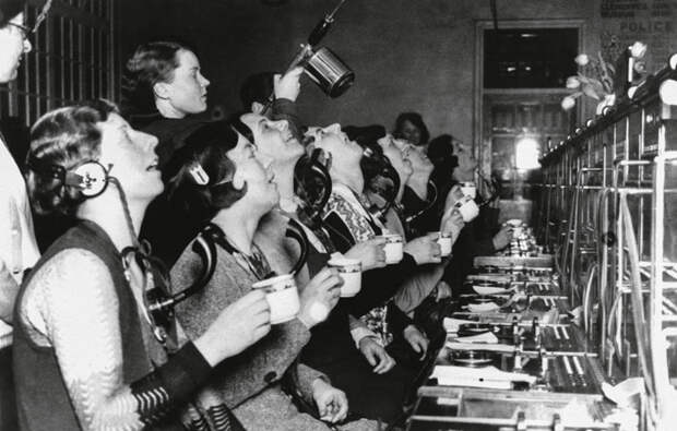 Телефонистки полощут горло для профилактики гриппа. Лондон, 1920 год.