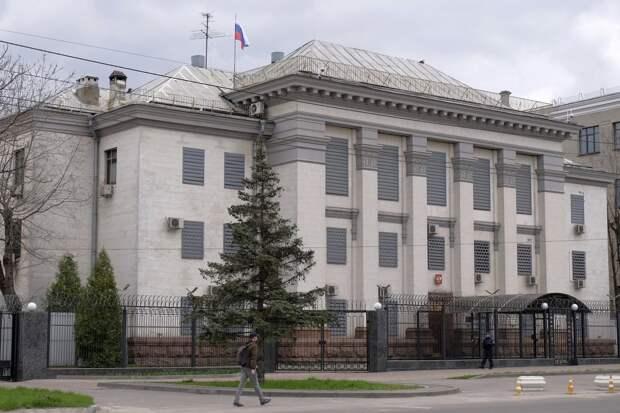 Россия выразила Украине протест в связи с провокациями у посольства в Киеве