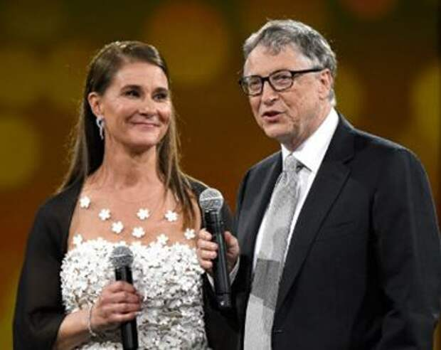 Билл Гейтс, соучредитель компании Microsoft, вместе с женой