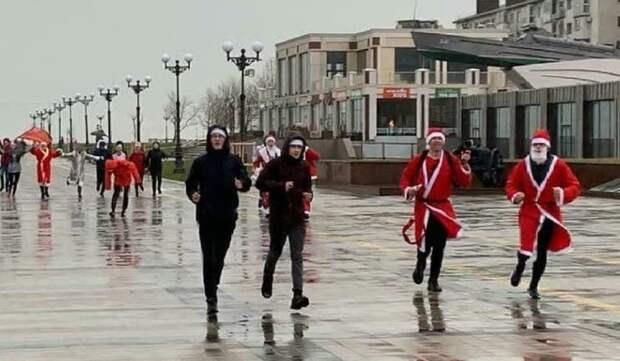 По набережной Новороссийска пробежали Деды Морозы